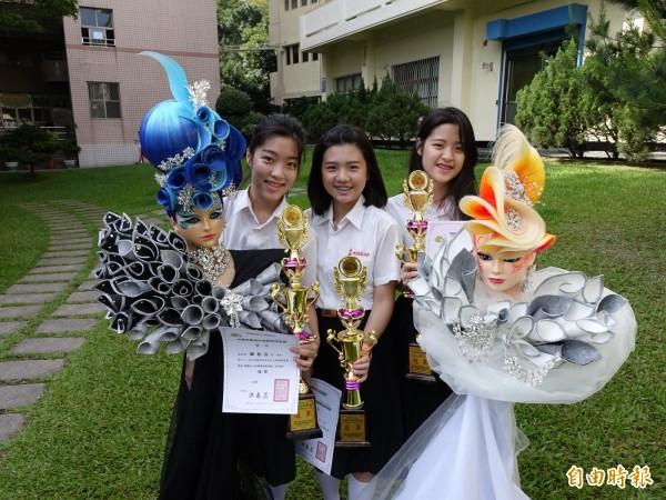 雙胞胎姊妹陳怡安(左)與陳怡如(右)長相不一樣,同學笑說反倒與林欣蓓(中)比較像,她們要在各自的舞台上發光。(記者洪臣宏攝)