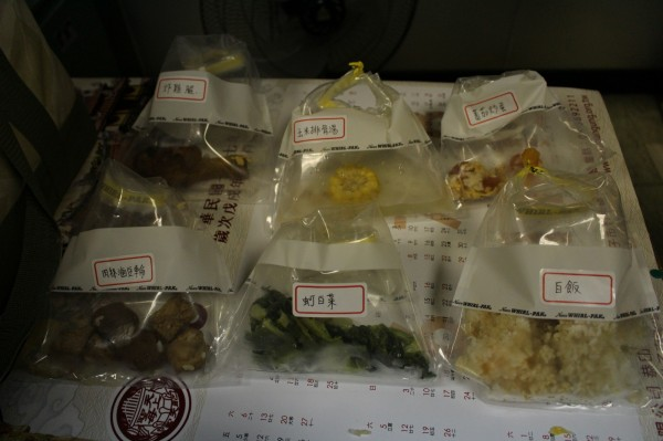 嘉義市衛生局將食品留樣送驗,未檢出受細菌感染,不過有學生跟運送廚工驗出諾羅病毒。(嘉義市衛生局提供)