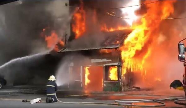 花蓮縣玉里鎮一棟檜木老屋今天(1日)發生火災,火勢相當猛烈,所幸屋內無人受困。(翻攝自爆料公社)