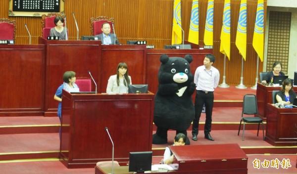 改版後的「海洋熊讚」二度到台北市議會,與台北市觀光傳播局長陳思宇接受議員質詢。(記者蔡亞樺攝)
