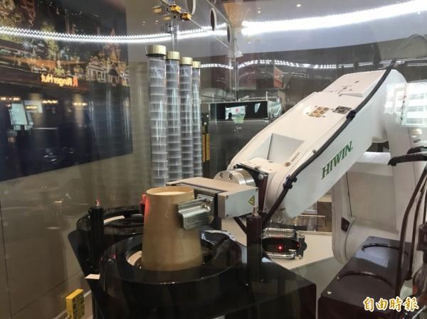 上銀煮咖啡機器人進駐南港軟體園區。(記者羅倩宜攝)