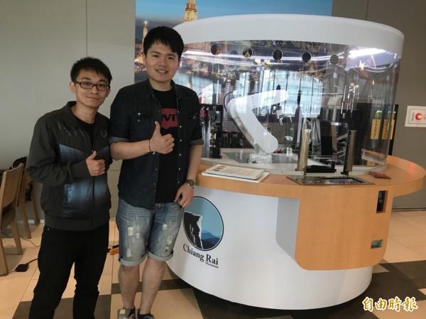 上銀煮咖啡機器人的研發工程師(記者羅倩宜攝)