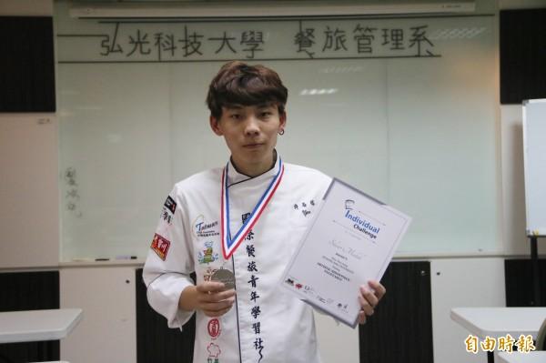 弘光餐旅系學生許晏榕青春期曾叛逆翹課,參加新加坡FHA賽在蔬果雕刻獲銀牌。(記者張軒哲攝)