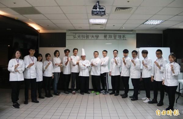 弘光學生參加新加坡FHA廚藝賽奪2金1銀7銅。(記者張軒哲攝)
