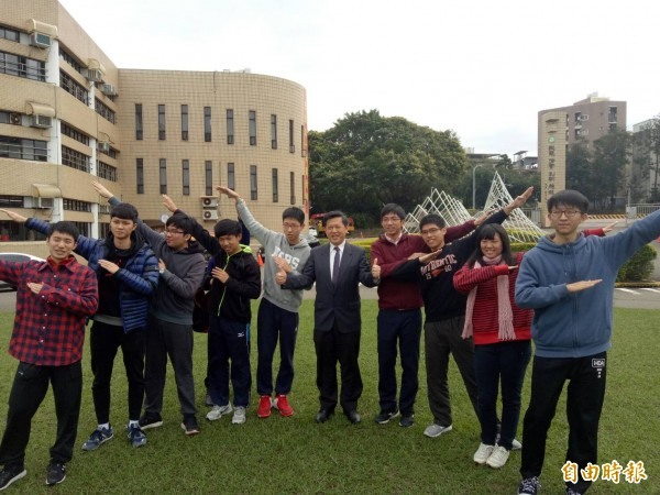 台灣大學個人申請放榜,新竹市實驗中學九個滿級分生幾乎錄取台大。(記者洪美秀攝)