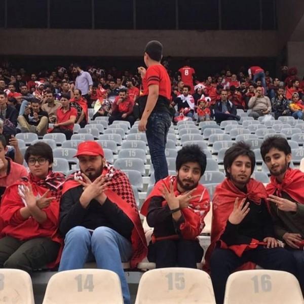 遵守伊斯蘭教條的伊朗雖自1979年起就禁止女性到球場看球賽,但過往仍多次傳出有女子會嘗試到球場觀賽。(圖擷取自推特)