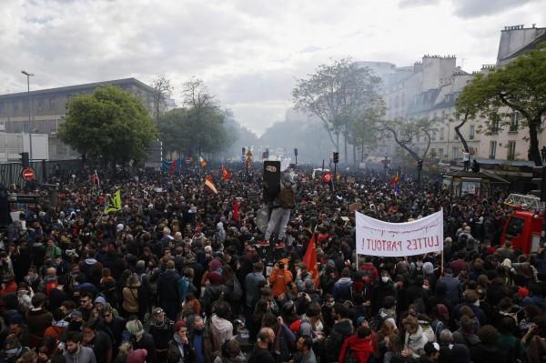 五一勞動節法國民眾走上巴黎街頭抗議。(法新社)