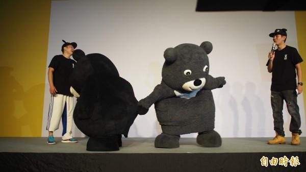 新、舊熊讚交接儀式,2隻熊讚不斷耍寶,金牌熊讚(右)還玩對方的尾巴。(資料照)