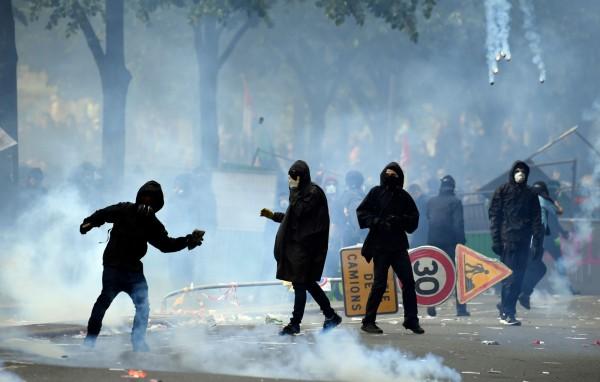 蒙面黑衣人殺入巴黎勞動節遊行,示威活動演變成暴力事件。(法新社)