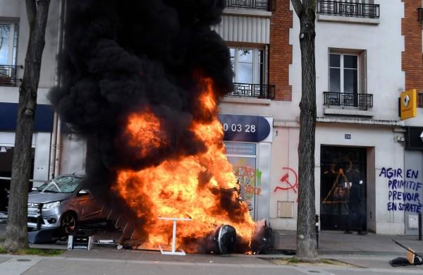 蒙面黑衣人沿路砸窗並焚燒麥當勞與汽車和公車站。(法新社)