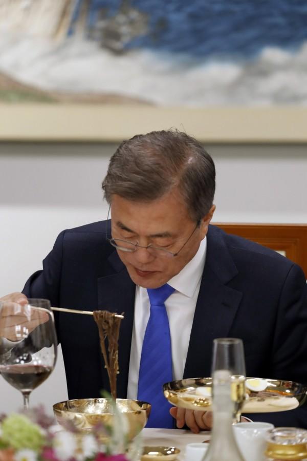 南北韓高峰會「文金會」當天,北韓領導人金正恩在晚宴上帶來北韓人氣美食「平壤冷麵」,獻給南韓總統文在寅。(歐新社)