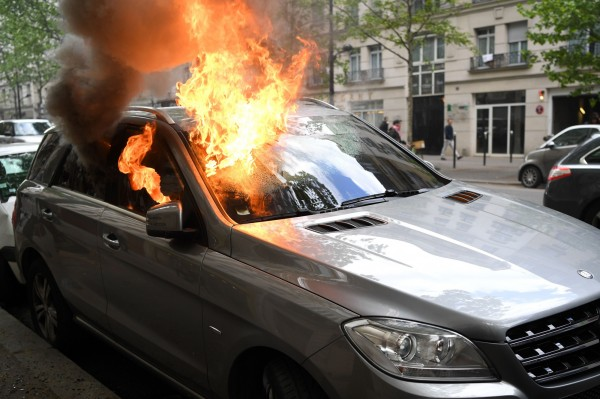 警方統計,有6輛車被燒、10輛車受損。(法新社)