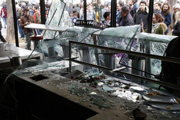 根據警方統計,有31家商店遭到破壞,其中2間被燒毀。(法新社)
