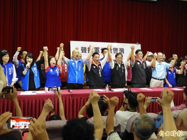 李來希與國民黨高雄市黨部及議會黨團,發起連署向司法院請求「憲法訴願解釋聲請」。(記者葛祐豪攝)