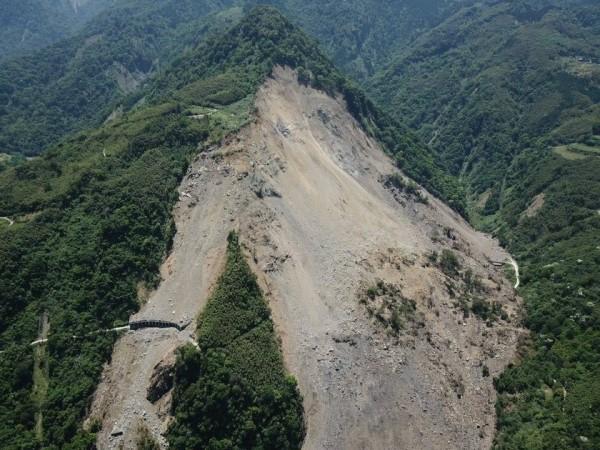 南庄鹿湖山區持續崩塌,導致道路中斷,農作物難以運送。(記者鄭名翔翻攝)