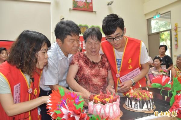 阿蓮區長陳恭府(左二)與王阿嬤(右二)一起切蛋糕,提前歡度母親佳節。(記者蘇福男攝)