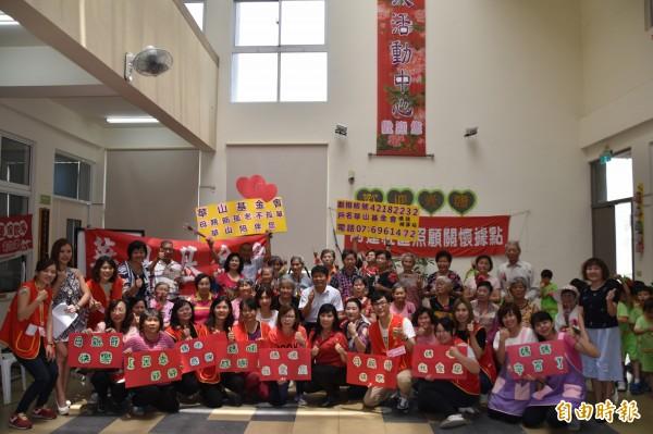 華山基金會今天安排20多名獨居長輩與小朋友,一起和王阿嬤歡慶母親節。(記者蘇福男攝)