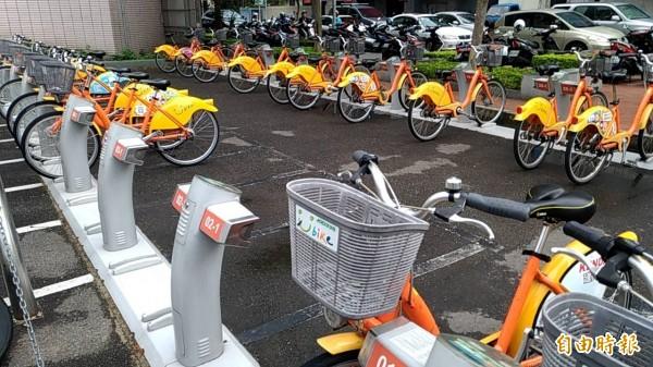 新竹縣竹北市民代表楊瑞蘭等人建議市公所,評估建置公共自行車的可行性,提供通勤、通學及逛街休閒,滿足民眾需求。(記者廖雪茹攝)