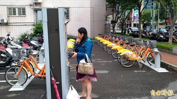 竹北市代表會建議建置公共自行車租賃系統,市長何淦銘說,曾請微笑單車公司評估,但經費龐大,尚待進一步研議。(記者廖雪茹攝)