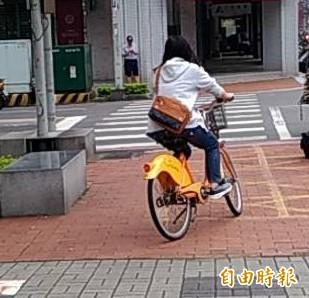 竹北市民代表楊瑞蘭說,公共自行車已蔚為風潮,毗鄰的桃竹苗都已設置,建議竹北市公所也能引進。(記者廖雪茹攝)