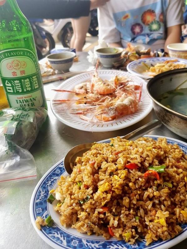 有網友在臉書社團「爆廢公社」發文認為,釣蝦場的「炒飯」彷彿有特別的秘方,比專業熱炒店還好吃。(圖擷自爆廢公社)
