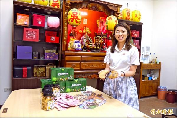 喜迎「土地公祖」回彰化線西祖家,台灣優格餅乾學院推出「土地公同樂會」擲筊活動。(記者劉曉欣攝)
