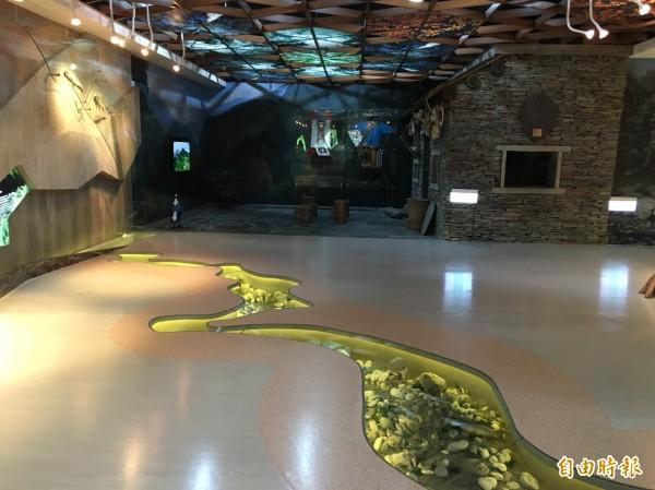 1992年4月設立的南安遊客中心,原設有視聽室、展示廳、休息室及資料展示室,去年動工更新展館軟印體設施,以森林與溪流為展覽背景,提供遊客更完善的自然景觀視聽服務。(記者王峻祺攝)