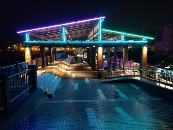 新北市政府、瑞芳區漁會在深澳漁港打造海天步道光雕,夜間可欣賞光浪交織而成的美景。(新北市政府提供)