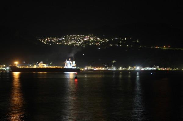 深澳漁港夜間可欣賞點點漁火與九份山城美景。(新北市政府提供)