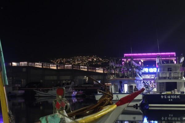 深澳漁港可欣賞點點漁火、海天步道及九份山城美麗夜景。(新北市政府提供)