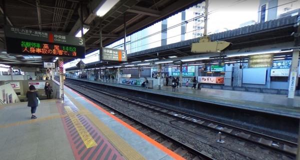 日本東京JR中央線吉祥寺站,上月29日一名酒醉的中國籍男子,不滿遭一名日本老翁斥責太吵,將對方推向一列正在行駛的JR列車,導致老翁重傷昏迷,本月2日老翁不治死亡。(圖擷取自Google地圖)