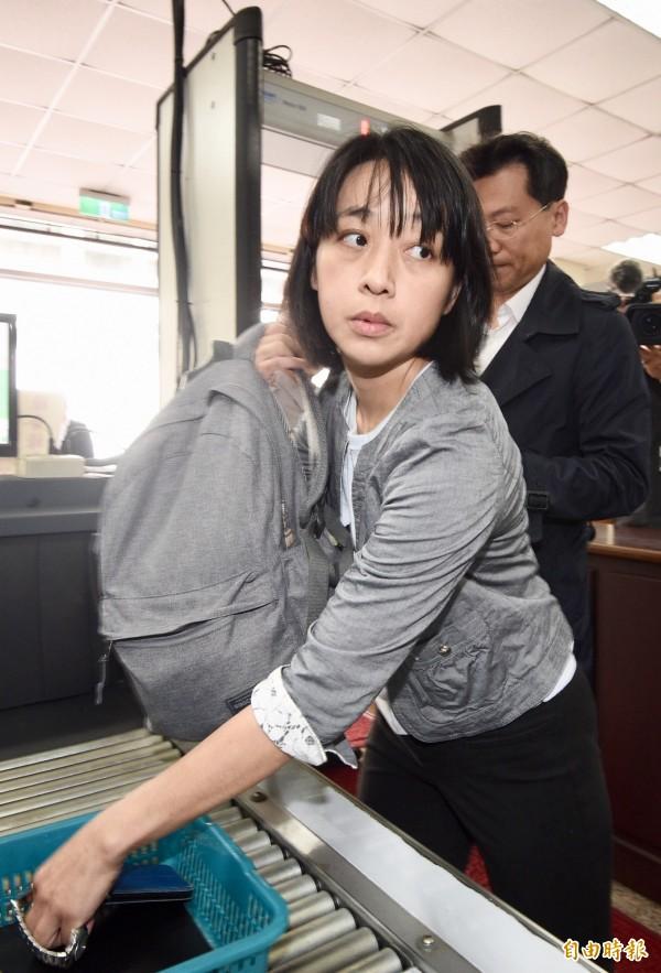 台灣高等法院今天開庭審理「小燈泡」命案,「小燈泡」的媽媽王婉諭在律師陪同下出庭。(記者羅沛德攝)