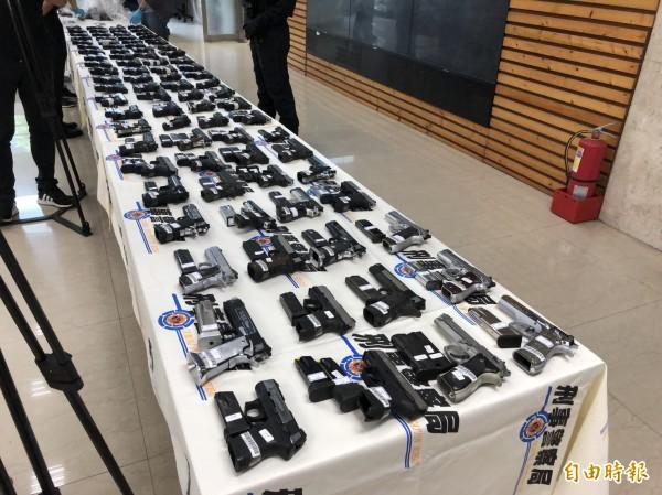 近年最大一批制式槍械走私案,被查獲的槍彈數量驚人。(記者邱俊福攝)