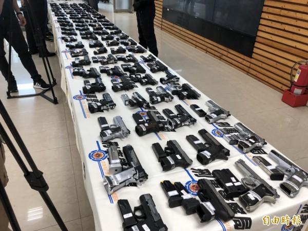 警調海關聯手破獲近年最大一批制式槍械走私案,火力龐大足可編成一個步兵連。(記者邱俊福攝)
