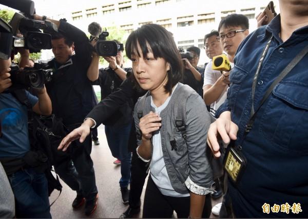 台灣高等法院4日開庭審理「小燈泡」命案,「小燈泡」的媽媽王婉諭在律師陪同下出庭。(記者羅沛德攝)
