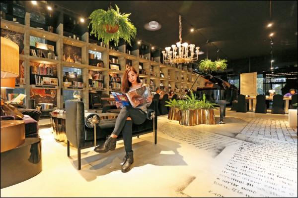 樂樂書屋空間充滿華麗森林風,幾乎放眼所見的植栽都是真正的植物而非假花假草。1樓閱讀空間的整面書牆讓視覺充滿延伸感,書框則以清水模鑄造,設計相當大器。(記者沈昱嘉/攝影)