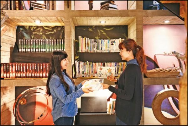 樂樂書屋強調「書的流動」,因此只換書不賣書,每月10日、20日為換書日,民眾可以「2本換1本」的方式換書。帶來交換的2本書,必須是2年內出版的9成新書籍,其中1本將捐給偏鄉學校、1本可與館內特定書櫃交換圖書;交換前會由專人審核,若書況不佳,或屬教科書、作業簿、字典、漫畫、雜誌期刊等則不予交換。(記者沈昱嘉/攝影)