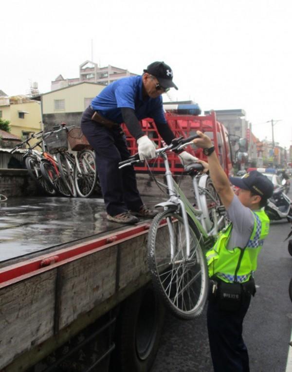 潮州火車站前開始拖吊違停單車。(圖由警方提供)