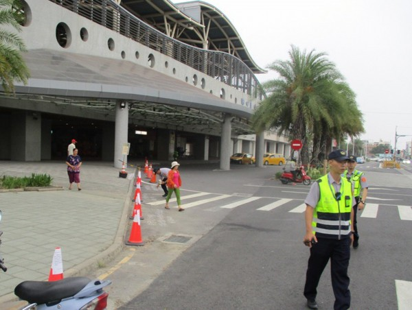 潮州火車站前禁止違停,警方加強宣導。(圖由警方提供)
