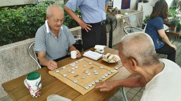 長輩們開心喝茶下棋。(圖由南區老人之家提供)