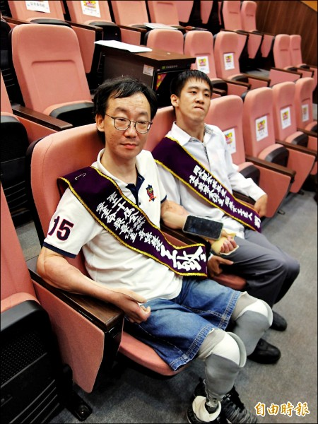 中山大學助理教王致遠(左)及資工系大四生劉庚銘(右)獲周大觀熱愛生命獎章及獎學金。(記者黃旭磊攝)