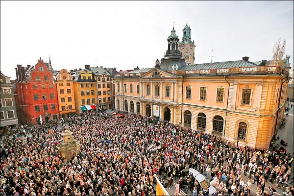 瑞典學院內部的性侵醜聞延燒,院士兼常任秘書戴紐斯(Sara Danius)上月以失去學院信任為由「辭職」,引發許多支持民眾集結於斯德哥爾摩「大廣場」,聲援戴紐斯。(路透檔案照)