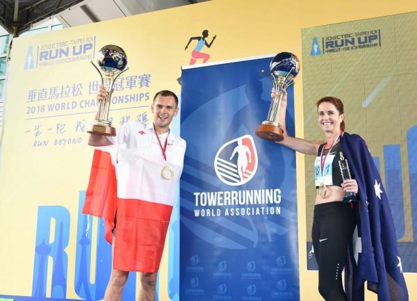 男、女組冠軍選手高舉獎盃慶祝勝利。(台北101提供)