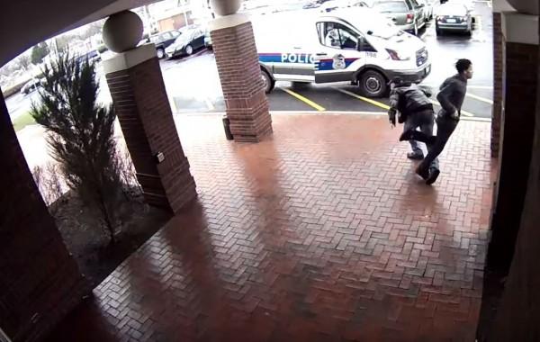 美國俄亥俄州哥倫布市一名爺爺看到歹徒向他跑來,當場把右腿往後掃倒歹徒讓他仆街。(圖擷自「Columbus Division of Police」YouTube)