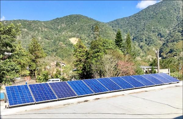 福山國小微電網,於活動中心屋頂設置太陽光電板。(台電提供)
