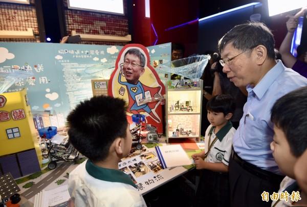 台北市長柯文哲(右二)6日出席台北市中小學資通訊應用暨電競比賽頒獎典禮,參觀學校成果展示。(記者簡榮豐攝)