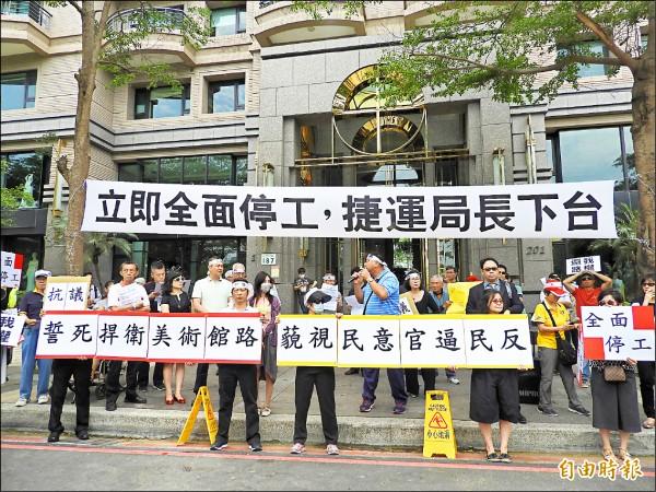 美術館路住戶反對輕軌二階經過,上個月聚集抗議。(資料照,記者葛祐豪攝)