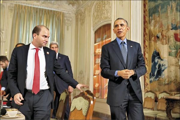 美國總統川普親信被踢爆僱用以色列情報機構,調查前總統歐巴馬(右)的副國家安全顧問羅茲(左)等官員,在談判「伊核協議」期間是否做出不法情事,以利川普推翻該協議。圖後方人頭處為時任國務卿凱瑞。(美聯社檔案照)