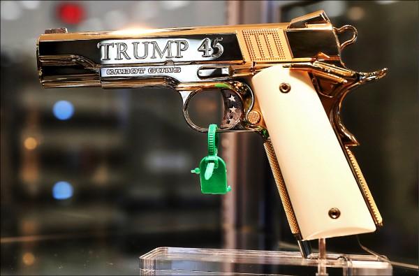 美國全國步槍協會(NRA)四日起在德州達拉斯舉辦年度大會,擁槍與反槍兩派民眾五日在會場外彼此較勁。針對熱情擁抱NRA的美國總統川普,在達拉斯會議中心也展出訂製的「川普點四五」手槍。(法新社)