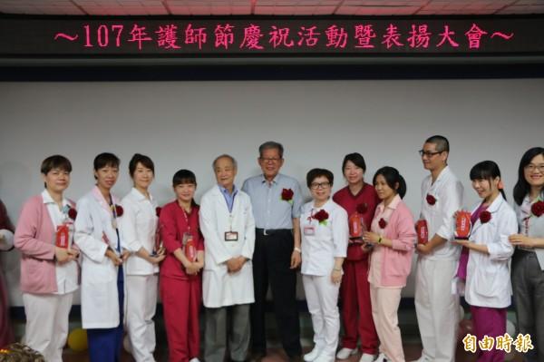 為恭醫院趕在護師節前表揚院內勞苦功高的護理師們。(記者鄭名翔攝)